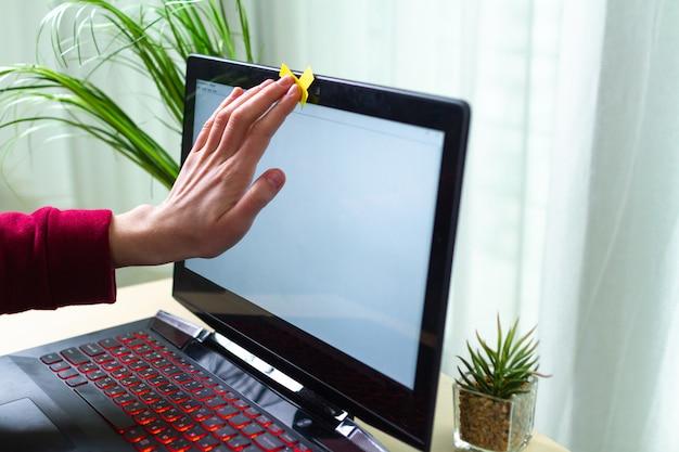 Protección contra el robo de identidad, concepto de estafa. seguridad cibernética, fraude cibernético. ataque de hackers, seguridad de datos personales e información. vigilancia en línea por webcam. hermano mayor