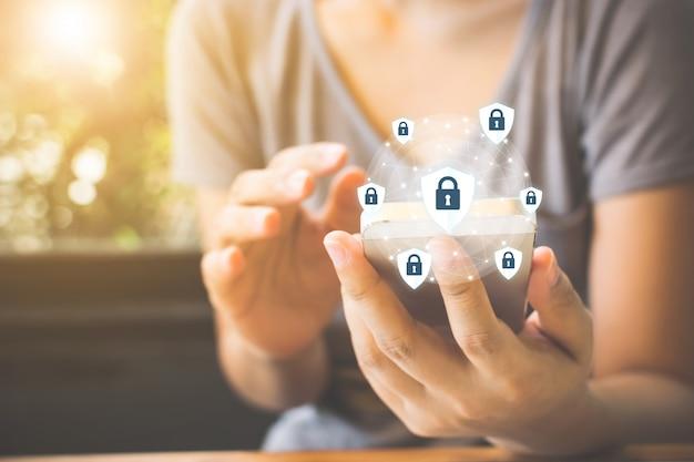 Protección de datos e información importante de seguridad en su teléfono móvil, mano de mujer con teléfono inteligente