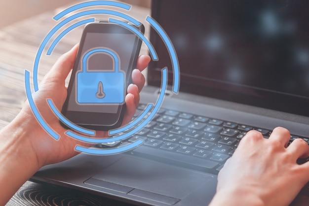 Protección de datos e información importante de seguridad en su teléfono móvil, mano de mujer con teléfono inteligente.