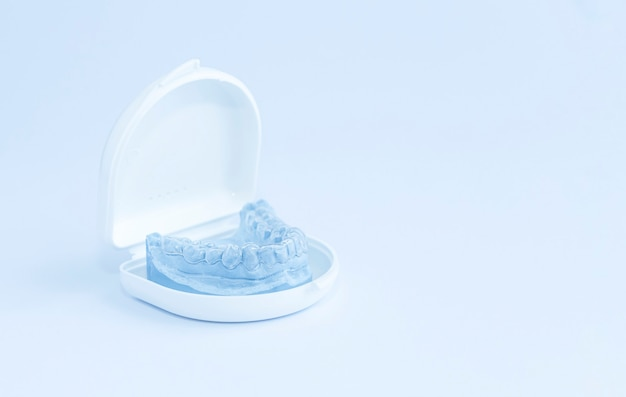 Protección de los dientes de la presión de la mandíbula superior durante el sueño, cuerpo blanco.