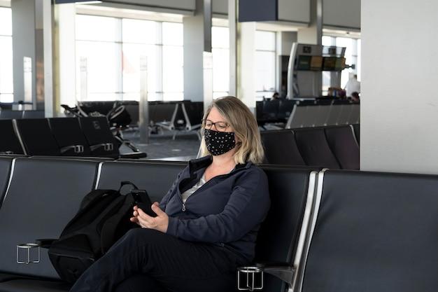 Protección facial con mascarilla en la vida diaria.