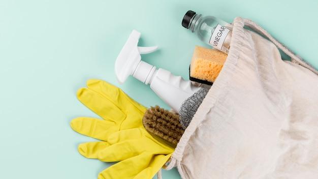 Protección guantes amarillos y productos ecológicos