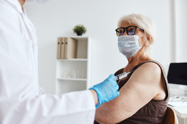 Protección de inmunidad del pasaporte de la vacuna del paciente y del médico. foto de alta calidad