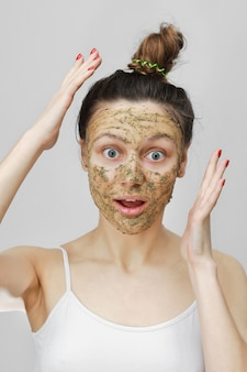 Protección de la piel. día cosmético. joven sorprendida en estilo hogareño