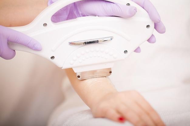Protección de la piel. manos depilación láser y cosmetología. procedimiento de cosmetología de depilación.