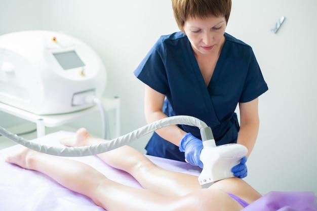 Protección de la piel. la mujer está en proceso en la clínica de lipomasaje.