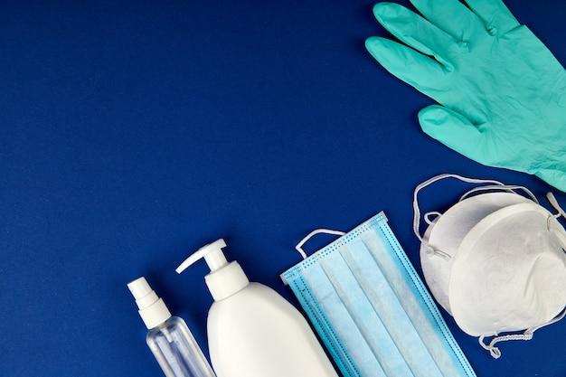 Protección plana contra coronavirus, máscaras de protección médica, guantes, frascos desinfectantes para manos, antiséptico, desinfección, aerosol, copia espacio.