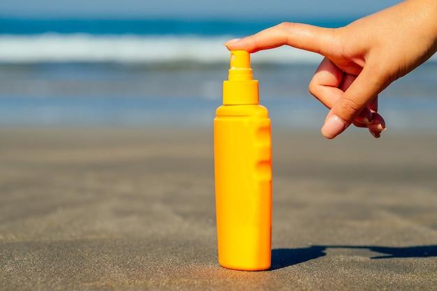 Protector solar en el fondo de la playa en asia
