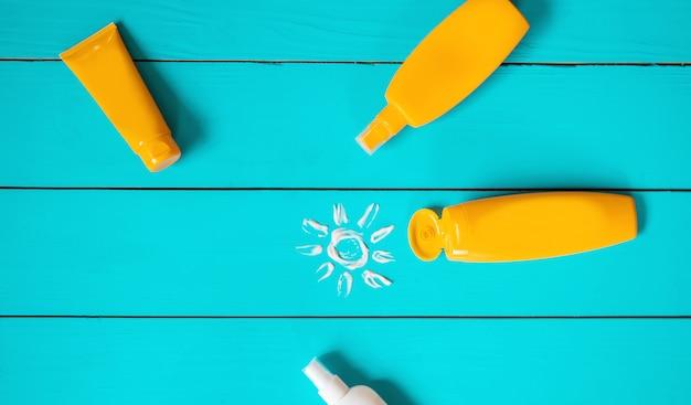 Protector solar en la mano de un niño. enfoque selectivo