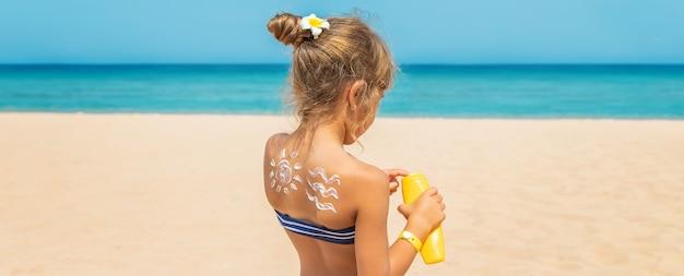 Protector solar en la piel de un niño. enfoque selectivo. naturaleza.
