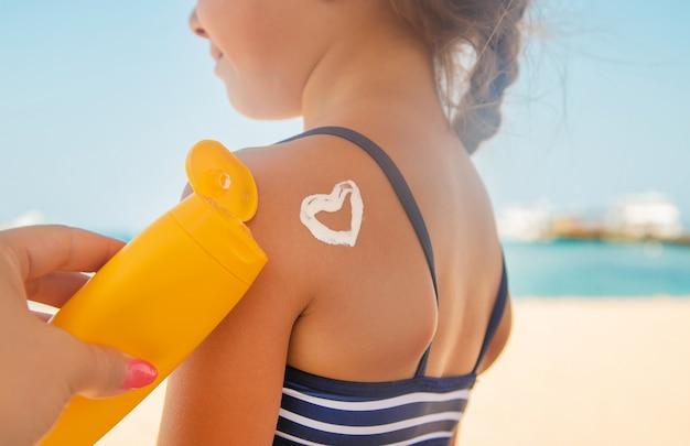 Protector solar en la piel de un niño.