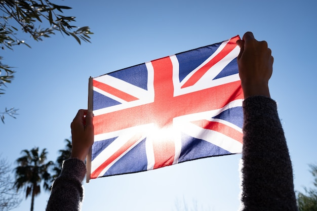 Protesta simbólica contra reino unido maltratando su bandera nacional.