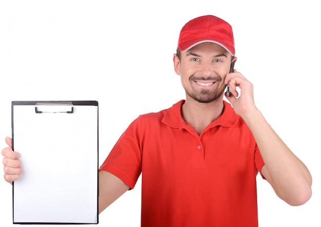El proveedor sonríe y prepara el papel para su firma.