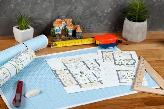Proyecto arquitectónico de alto ángulo en escritorio