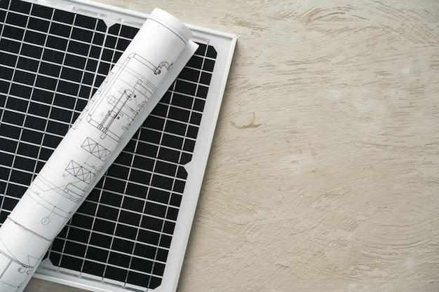 Proyecto de casa de rollo de plano y panel solar