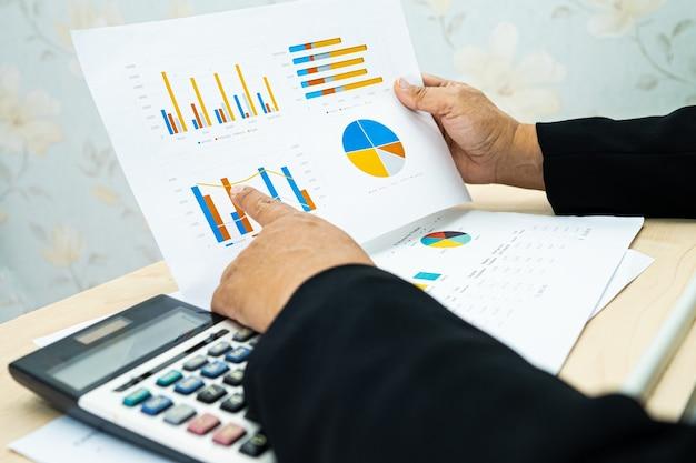 Proyecto de informes financieros de trabajo contable asiático.