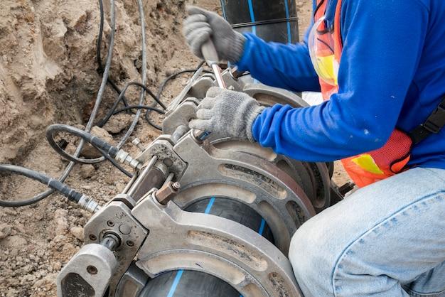 Proyecto de suministro de agua del sitio de construcción en funcionamiento para soldar la conexión del tubo de hdpe