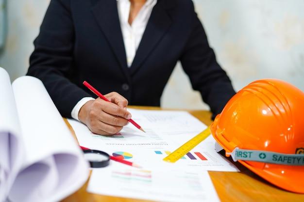 Proyecto de trabajo de arquitecto o ingeniero con herramientas en oficina.