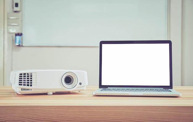 El proyector se coloca sobre la mesa y funciona con la computadora. y listo para servir a las personas que acuden a la conferencia para usar la pantalla para agrandarla.