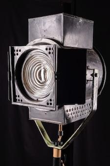 Proyector de película de época antigua sobre superficie negra.