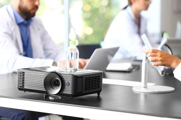 Proyector de video en la mesa en la universidad de medicina