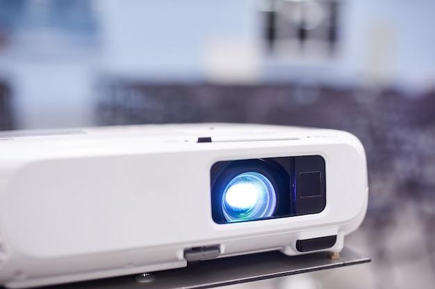 Proyector de video en la sala de conferencias, sin personas