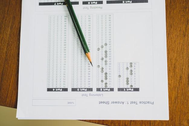 Prueba de papel y lápiz colocados en el escritorio del estudiante