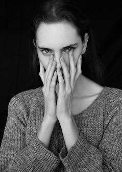 Prueba de retrato modelo con modelo de moda joven y bella con puente gris sobre fondo negro. retrato dramático.