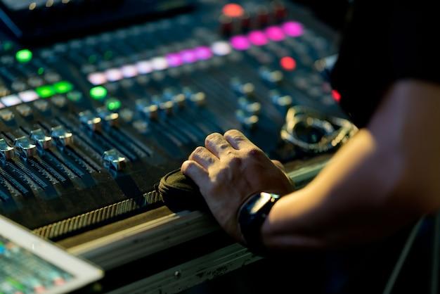 Prueba de sonido para concierto, control de mezclador, ingeniero musical, backstage