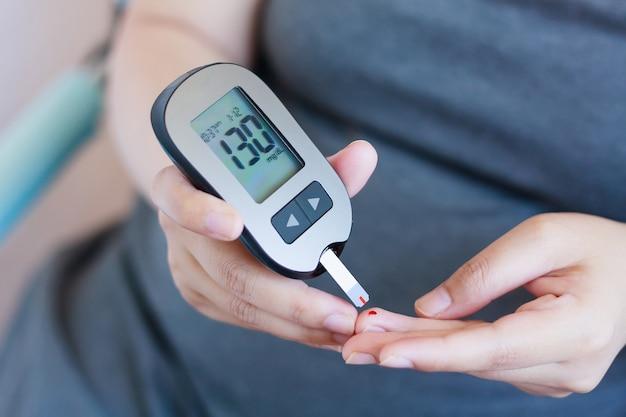 Pruebe la glucosa en sangre para la diabetes en mujeres embarazadas con glucómetro