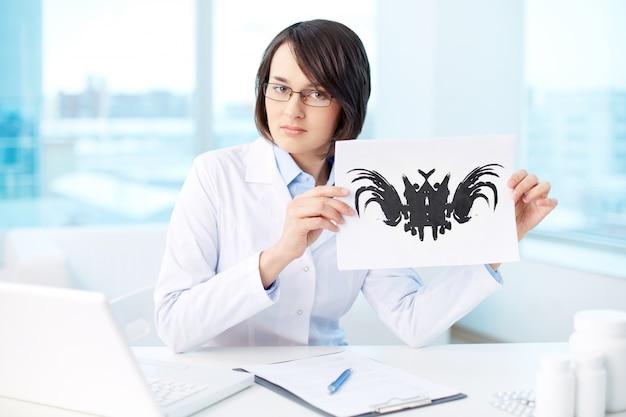 Psicóloga mostrando una imagen