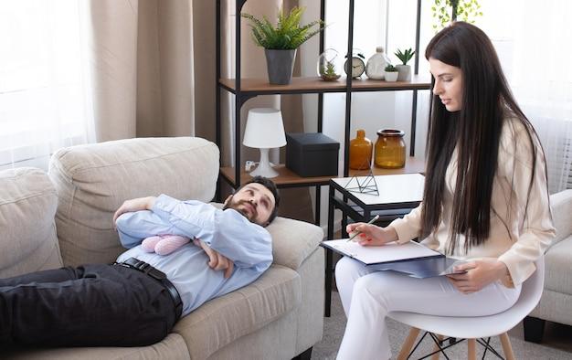 Psicóloga en sesión con su paciente en su consultorio privado.