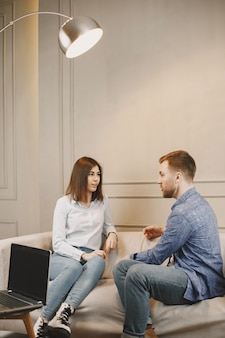 Psicología y terapia. la mujer está en la cita con el psicólogo masculino. sentado en el sofá en el gabinete moderno.