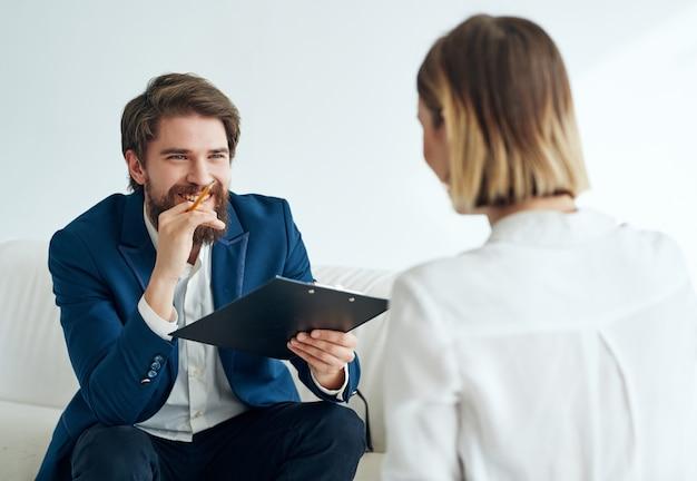Psicólogo masculino junto al tratamiento de consulta de terapia de paciente mujer
