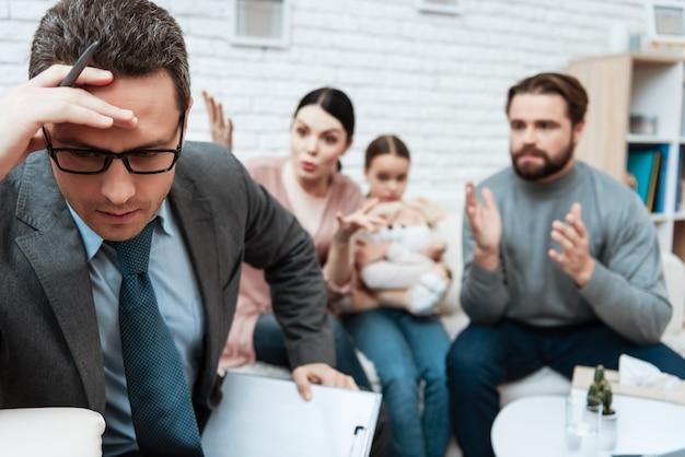 Psicólogo molesto pensando mientras lucha familiar