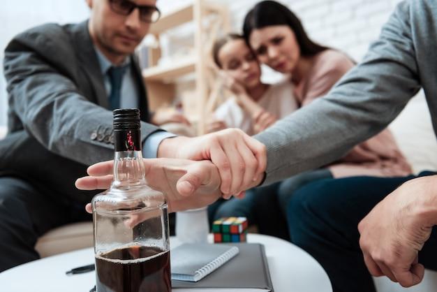 Psicólogo sostener paciente mano alcoholismo problema
