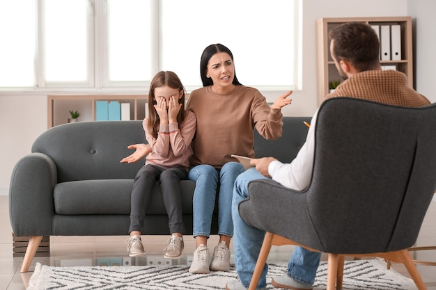 Psicólogo visitante familia infeliz en office