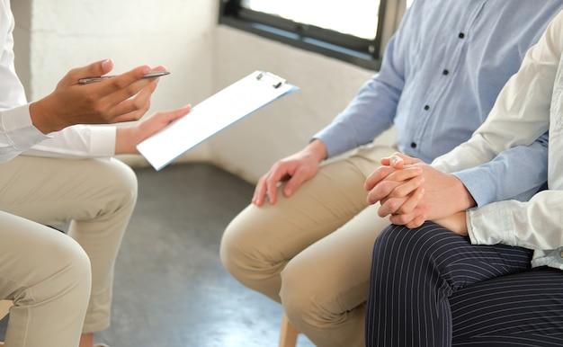 Psiquiatra dando consejos de pareja a pareja
