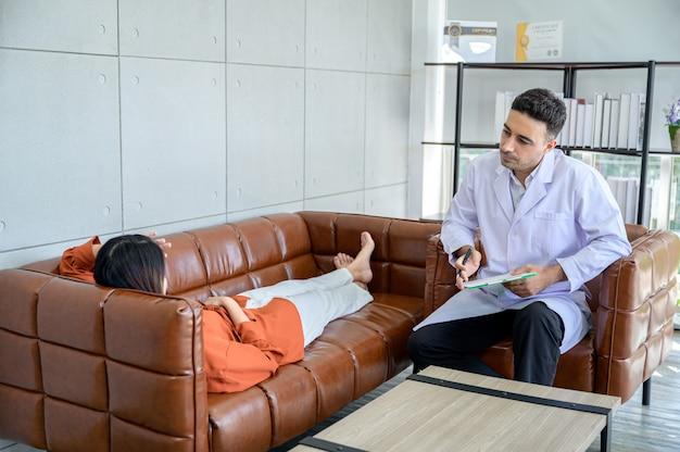 El psiquiatra está tratando al paciente que recibió el estrés del gran problema