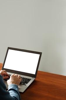 Publicidad de comercio electrónico. ordenador portátil con pantalla en blanco. tecnología moderna