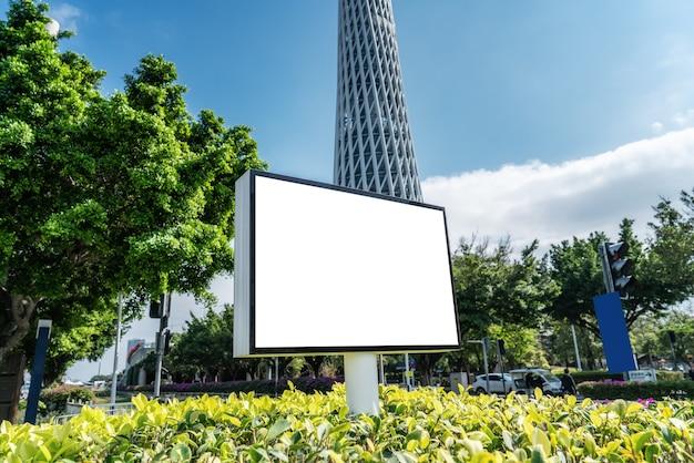 Publicidad exterior de caja de luz blanca en blanco y edificios urbanos.