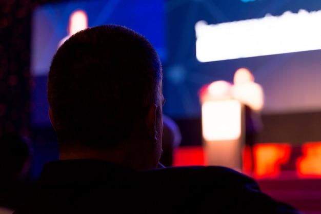 El público escucha a los oradores en el escenario de la sala de conferencias o la reunión del seminario, el concepto de negocios y educación.