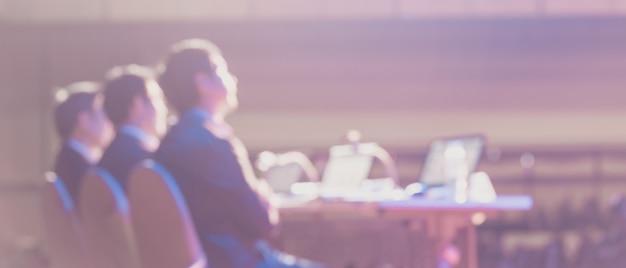 El público escucha a los oradores en el escenario en la sala de conferencias o en la reunión del seminario