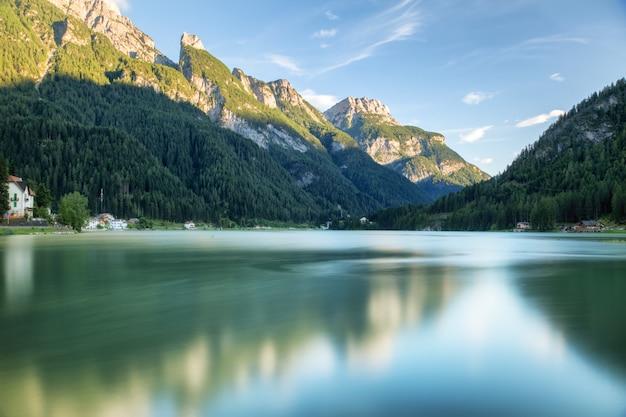 Pueblo alpino. vista al lago y montañas