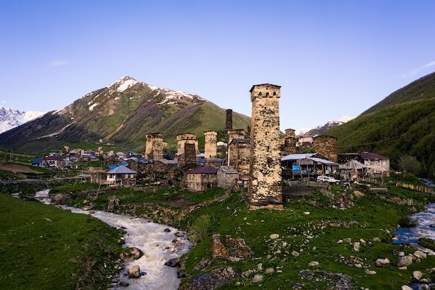 Pueblo antiguo en las montañas