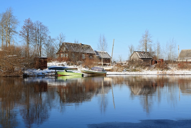 Pueblo en la costa del río