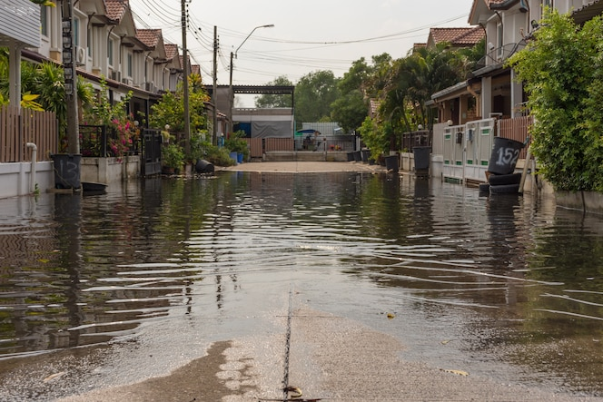 Pueblo de inundación de agua en el distrito de don mueang
