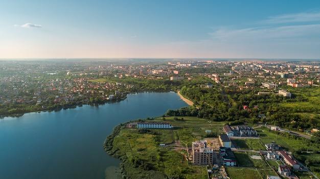 Pueblo europeo, río, bosque. vista aérea.