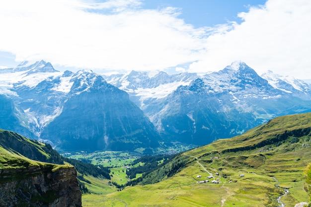Pueblo de grindelwald con la montaña de los alpes en suiza
