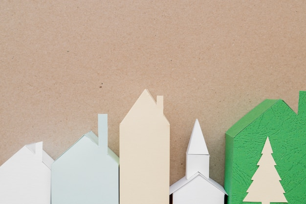 Pueblo hecho con diferentes tipos de papel sobre fondo marrón.